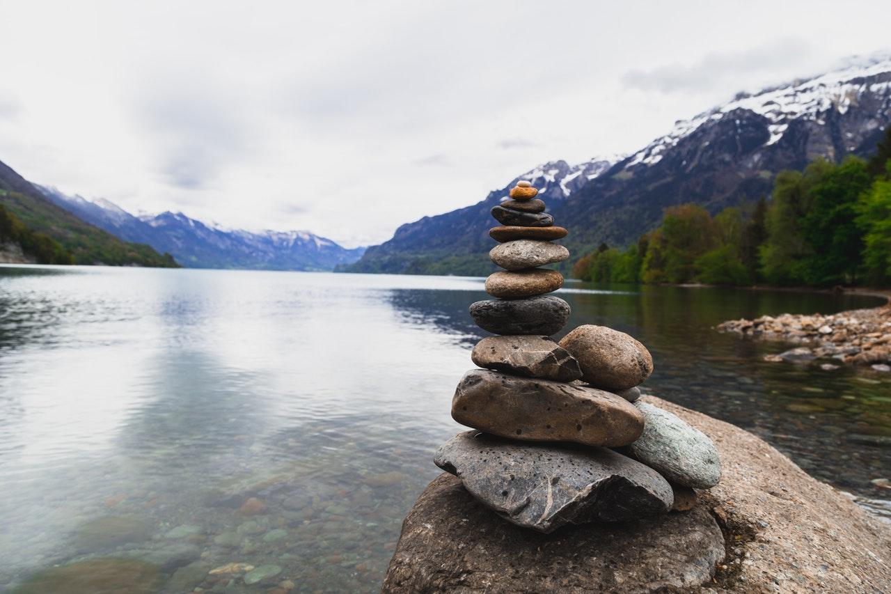 Камень родонит – лечебные и магические свойства, значение и влияние на человека