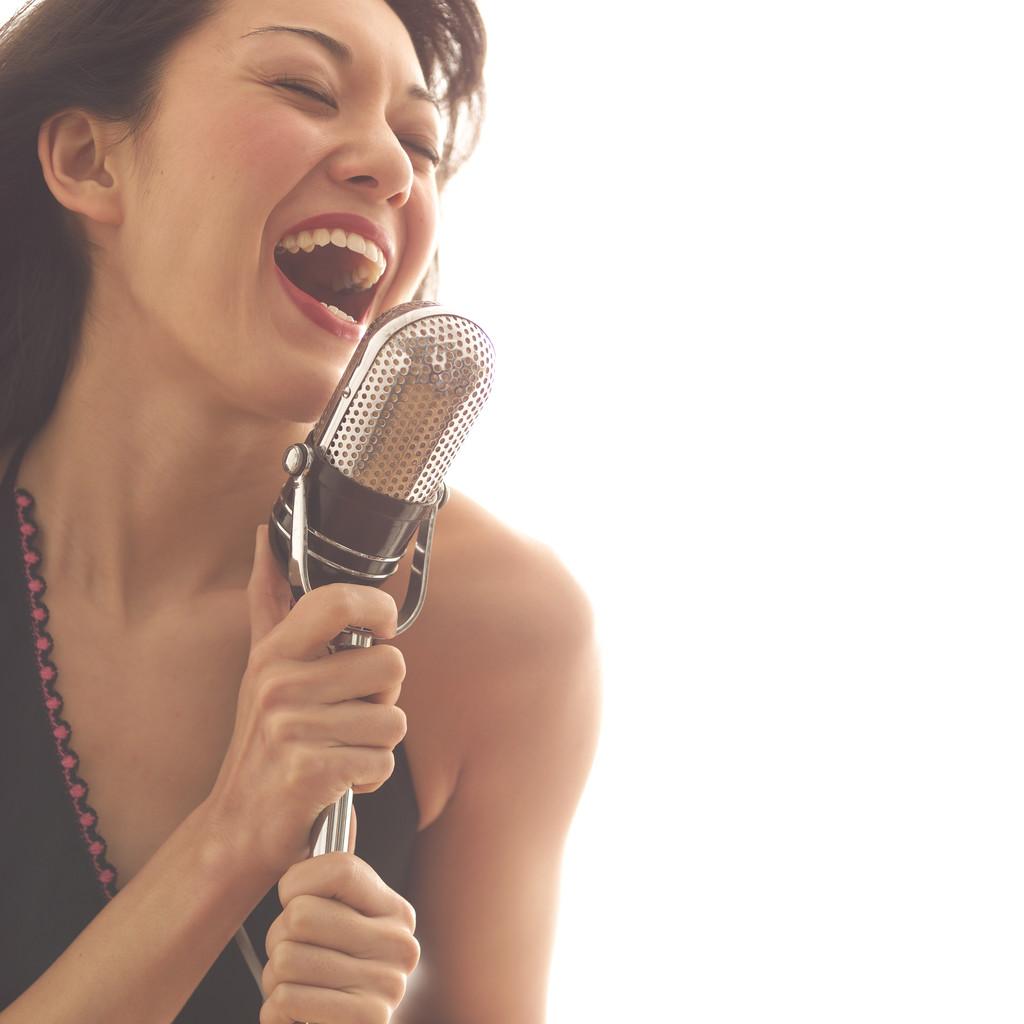 Чорний чувак співає тонким голосом 11 фотография